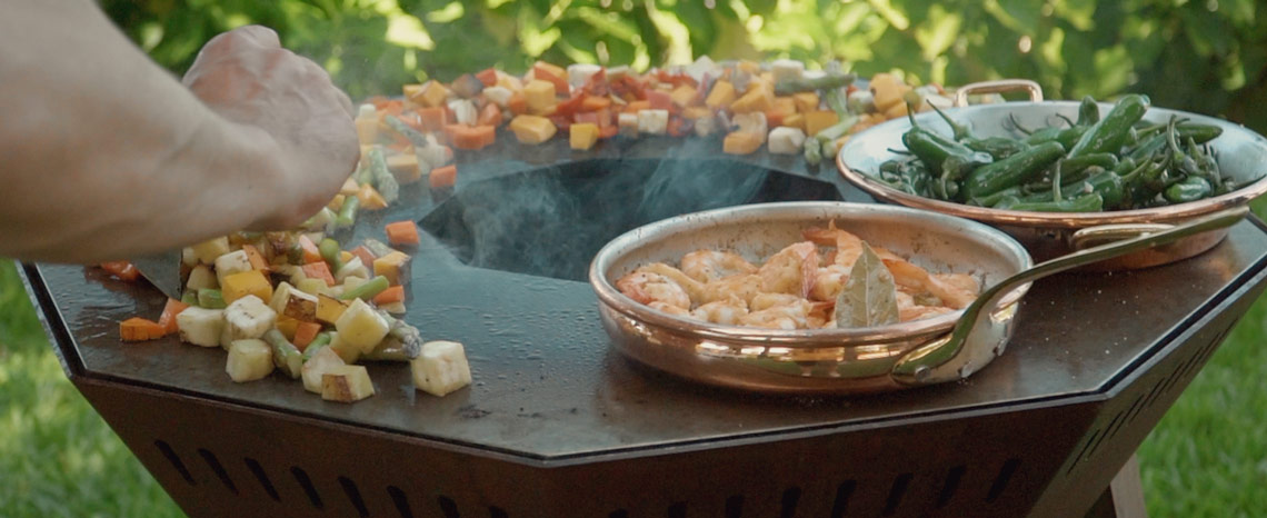 Nove portable plate grill - cooking vegetables, shrimps and padrão peppers